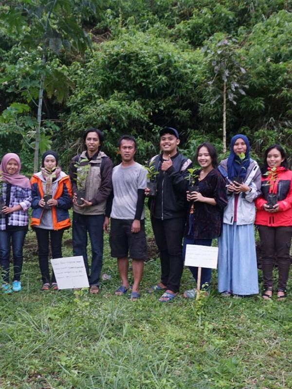 Menanam pohon di Pusat Konservasi Elang Kamojang. Komunitas Jelajah Garut Explore Kamojang