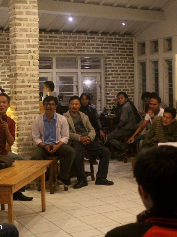 Salah satu forum diskusi di Kedai Kopi Karoehoen
